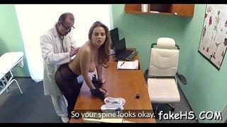 سكس طبيب نسوانجي يستدرج مريضة حيحانه وينيكها في المستشفى الاطفال ...