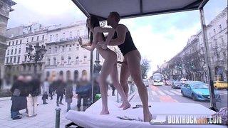 الجنس في وسط المدينة في حين ينظر الناس مجانا xxx فيلم