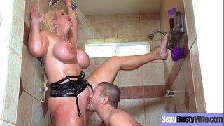 امرأة تهيج على صديق ابنها الصغير في الحمام 8211; سكس عائلي ساخن ...